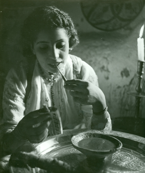 Pierre Boucher, Femme se maquillant, Tirage aux sels d'argent, 1936 (Woman and her make-up, Silver print, 1936)